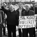 Auf dem Bild sind Demontranten vor dem weißen Haus zu sehen, die gegen die Gewalt der Türkei gegen Kurden protestieren | Bild (Ausschnitt): © Stephen Melkisethian [CC BY-NC-ND 2.0] - Flickr