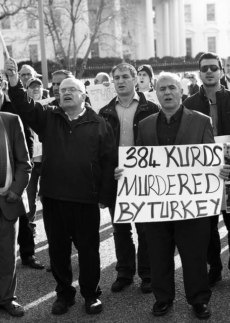Auf dem Bild sind Demontranten vor dem weißen Haus zu sehen, die gegen die Gewalt der Türkei gegen Kurden protestieren    Bild: © Stephen Melkisethian [CC BY-NC-ND 2.0]  - Flickr