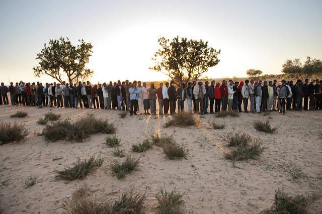 Flüchtende aus Libyen stehen in einem tunesischen Durchgangslager für Essen an |  Bild: © United Nations Photo [CC BY-NC-ND 2.0]  - flickr