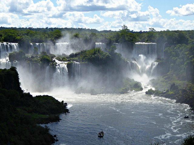 Die Iguazu-Wasserfälle liegen auf dem sogenannten Guarani Aquifer, einer der größten Grundwasservorkommen der Welt |  Bild: ©  Linda De Volder [CC BY-NC-ND 2.0]  - flickr