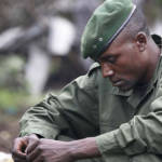 Ein in Gedanken versunkener kongolesischer Rebell. Viele versuchen nicht darüber nachzudenken was für Gräueltaten sie begangen haben, jedoch fällt dies vielen sehr schwer. | Bild (Ausschnitt): © Steve Evans [CC BY-NC 2.0] - flickr