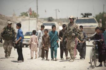 Deutsche Soldaten in Afghanistan inmitten einer Kindergruppe.  | Bild: ©  ResoluteSupportMedia -