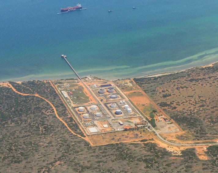 Anlage der Firma PDVSA Anlage der venezolanischen Erdöl- und Gasfirma PDVSA auf der Isla Margarita | Bild: © The Photographer [CC BY-SA 3.0]  - Wikimedia Commons
