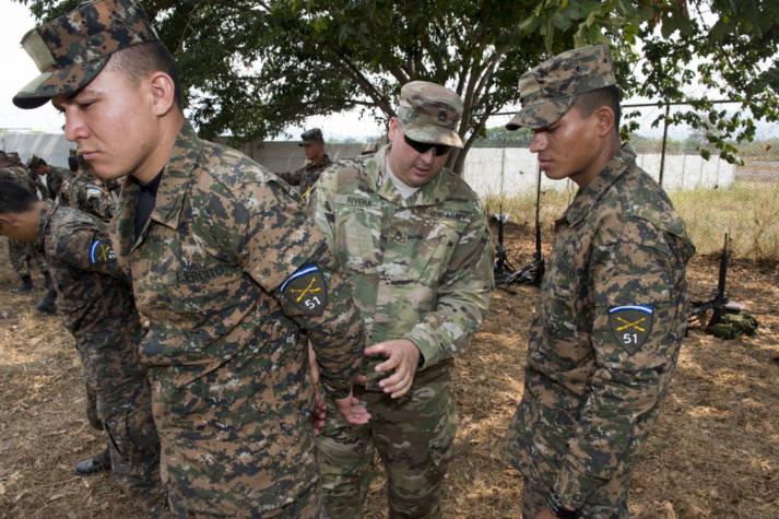 Die Armee aus El Salvador US-Soldaten bei der Schulung der el salvadorianischen Armee. |  Bild: ©  U.S. Army South [CC BY-NC-ND 2.0]  - flickr