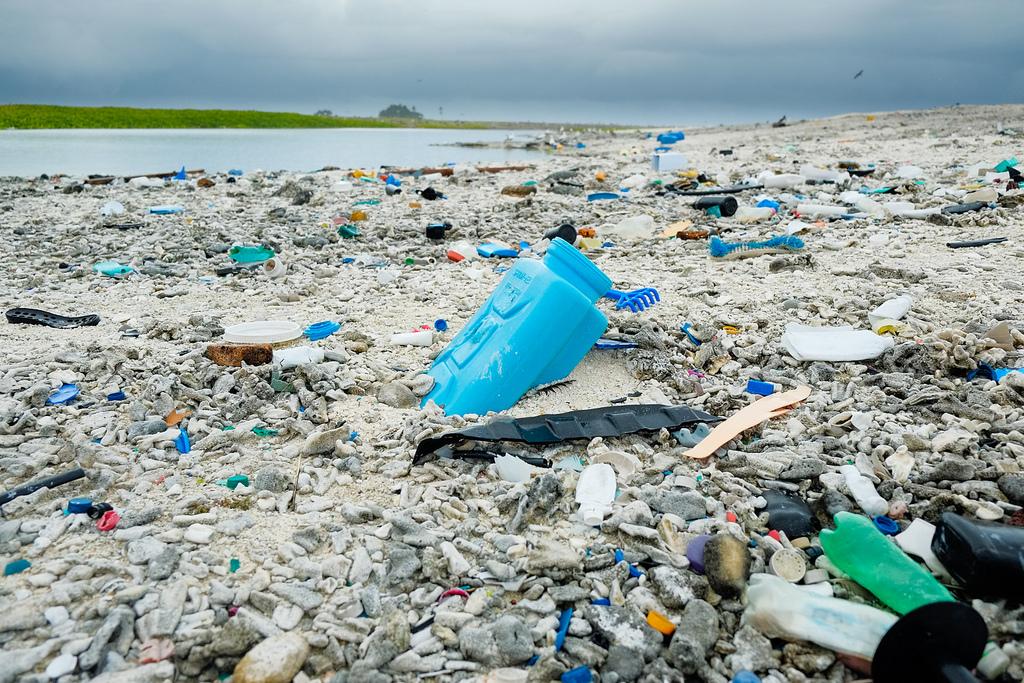 Plastikverseuchter Strand auf Clipperton Rock