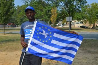 Kamerun Ein anglofoner Kameruner mit der Flagge von Ambazonien.  | Bild: © Lambisc [CC BY-SA 3.0]  - Wikimedia Commons