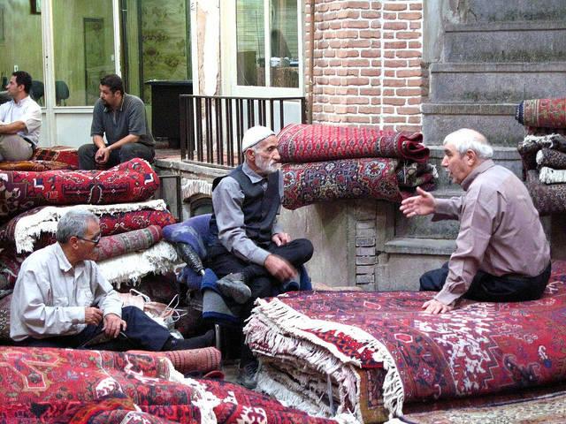 Teppichhändler auf dem Basar in Teheran Teppichhändler auf dem Basar in Teheran. Sie leiden besonders unter den Sanktionen. |  Bild: © Fulvio Spada [CC BY-SA 2.0]  - Flickr