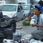 Venezolaner isst von einer Mülltüte Viele Venezolaner können sich keine Nahrungsmittel mehr leisten. | Bild (Ausschnitt): © Voice of America [Public Domain] - Wikimedia Commons