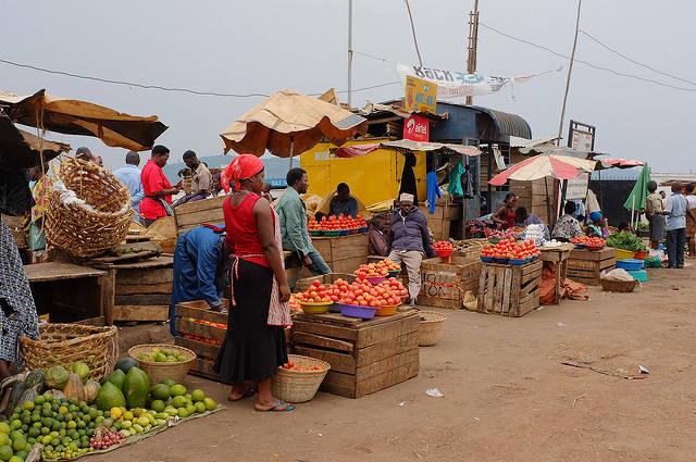 Ein afrikanischer Markt Auf solchen Märkten versuchen die Bauern ihre Produkte zu verkaufen |  Bild: © Fred Inklaar [CC BY-NC-SA 2.0]  - Flickr