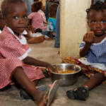 Kinder in Ghana werden im Rahmen einer Nahrungsmittelnothilfe vorsorgt Kinder in Ghana werden im Rahmen einer Nahrungsmittelnothilfe vorsorgt | Bild (Ausschnitt): © Feed My Starving Children [CC BY 2.0] - Flickr