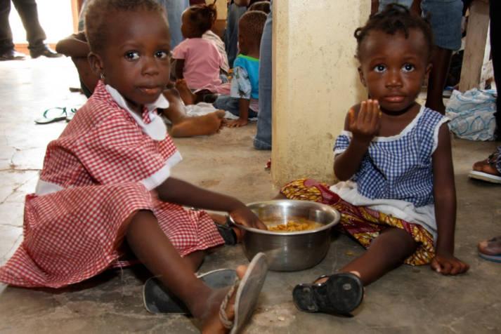 Kinder in Ghana werden im Rahmen einer Nahrungsmittelnothilfe vorsorgt Kinder in Ghana werden im Rahmen einer Nahrungsmittelnothilfe vorsorgt |  Bild: © Feed My Starving Children [CC BY 2.0]  - Flickr