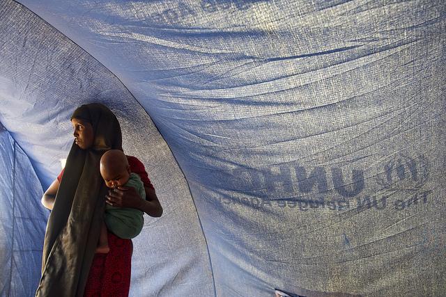 Eine somalische Frau mit ihrem Baby in einem Flüchtlingscamp des UNHCR
