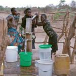Grade in Afrika wird der Zugang zu Trinkwasser immer schwerer, da große Konzerne Wasserrechte erwerben und die Ressource ausbeuten | Bild (Ausschnitt): © Bread for the World [CC BY-NC-ND 2.0] - flickr