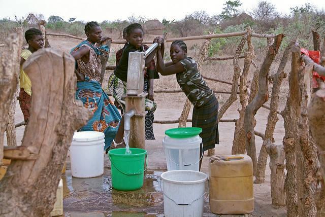 Grade in Afrika wird der Zugang zu Trinkwasser immer schwerer, da große Konzerne Wasserrechte erwerben und die Ressource ausbeuten |  Bild: © Bread for the World [CC BY-NC-ND 2.0]  - flickr