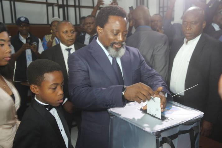 Präsident Kaliba wirft sein Wahlzettel in eine Wahlurne Kinshasa, DR Kongo: Präsident Kabila gibt seine Stimme bei Präsidentschafts- und Parlamentswahlen in Kinshasa    Bild: © n.v. [CC BY-SA 2.0]  - MONUSCO Photos