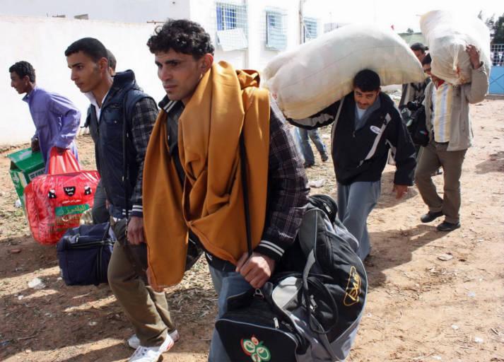 Fleeing death in Libya Mehrere Männer, die mit ihrem Besitz aus Libyen flüchten    Bild: © Magharebia [CC BY 2.0]  - Flickr