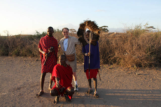 "Massai mit Touristen Massai mit Touristen |  Bild: ""Maasai"" © Ron Hollis [(CC BY-NC 2.0)]  - flickr.com"