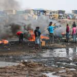 Verbrennung von Elektroschrott Auf der Müllkippe in Agbogbloshie wird der Elektromüll verbrannt. | Bild (Ausschnitt): © Fairphone [CC BY-NC 2.0] - Flickr