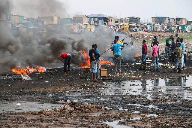 Verbrennung von Elektroschrott Auf der Müllkippe in Agbogbloshie wird der Elektromüll verbrannt | Bild: © Fairphone [CC BY-NC 2.0] - flickr |  Bild: © Fairphone [CC BY-NC 2.0]  - Flickr