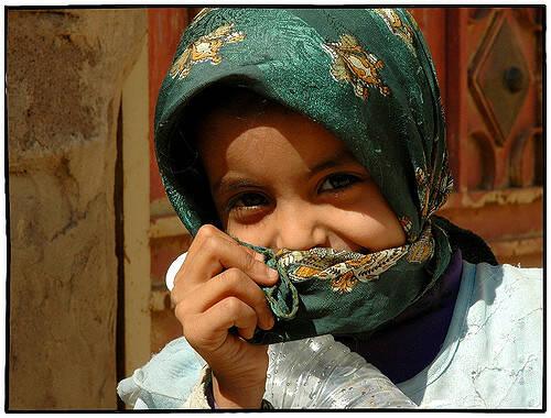 Jemen Mädchen Kopftuch Hunger, schlechte medizinische Versorgung und Trinkwassermangel - Im Jemen leiden viele Kinder unter dem Bürgerkrieg  |  Bild: © Dietmar [CC BY-NC-ND 2.0]  - flickr