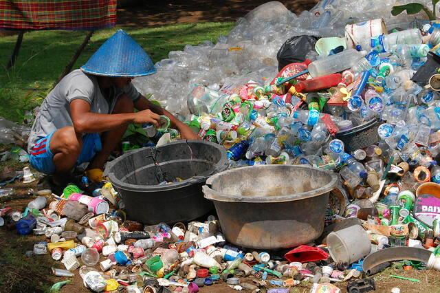 Mann sortiert Plastik Da China kürzlich den Import von Plastikabfall eingestellt hat, landet immer mehr Müll aus Europa in südostasiatischen Entwicklungsländern |  Bild: ©  Ikhlasul Amal [CC BY-NC 2.0]  - flickr