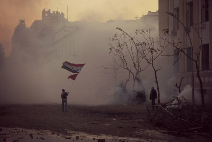 "Protest für den Frieden in Ägypten Protest für den Frieden in Ägypten |  Bild: ""The flag waver of Mohamed Mahmoud Street 2"" © Alisdare Hickson [CC BY-SA 2.0]  - Flickr"