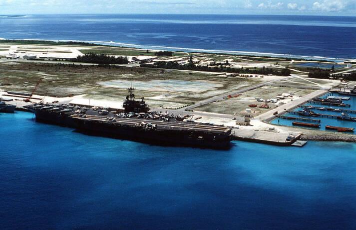 Ein Flugzeugträger der U.S. Navy an der Marinebasis in Diego Garcia. Ein Flugzeugträger der U.S. Navy an der Marinebasis in Diego Garcia. |  Bild: © USN [Public Domain]  - Wikimedia Commons