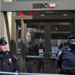 Die britische Bank HSBC ist zum wiederholten Male in Geldwäscheskandale verwickelt. Die Profiteure: Drogenbosse und Terrororganisationen weltweit Die britische Bank HSBC ist zum wiederholten Male in Geldwäscheskandale verwickelt. Die Profiteure: Drogenbosse und Terrororganisationen weltweit | Bild (Ausschnitt): © Michael Fleshman [CC BY-SA 2.0] - Flickr