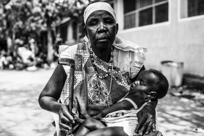 Die am meisten betroffenen: Eine Frau aus dem Südsudan mit ihrem Enkelkind im Arm. In dem Unabhängigkeitskrieg des Landes verlor sie unter anderem zwei Söhne. Die am meisten betroffenen: Eine Frau aus dem Südsudan mit ihrem Enkelkind im Arm. In dem Unabhängigkeitskrieg des Landes verlor sie unter anderem zwei Söhne. |  Bild: © Oxfam International [CC BY-NC-ND 2.0]  - Flickr