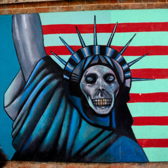 Die ehemalige amerikanische Botschaft in Teheran ist inzwischen mit anti-amerikanischen Bildern bemalt Die ehemalige amerikanische Botschaft in Teheran ist inzwischen mit anti-amerikanischen Bildern bemalt    Bild: ©  · · · — — — · · · [CC BY-NC 2.0]  - Flickr
