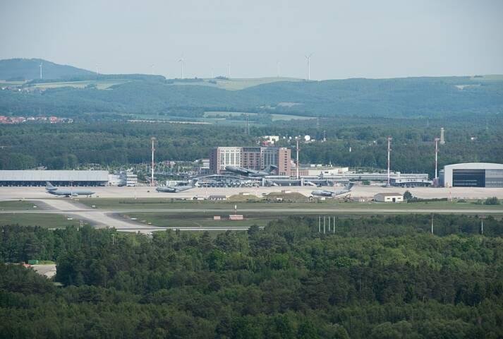 Blick auf die Ramstein Air Base mit Flugfeld, Hauptgebäude und Hangar Blick auf die Ramstein Air Base mit Flugfeld, Hauptgebäude und Hangar |  Bild: © Beowulf Tomek [CC BY-SA 4.0]  - Wikimedia Commons