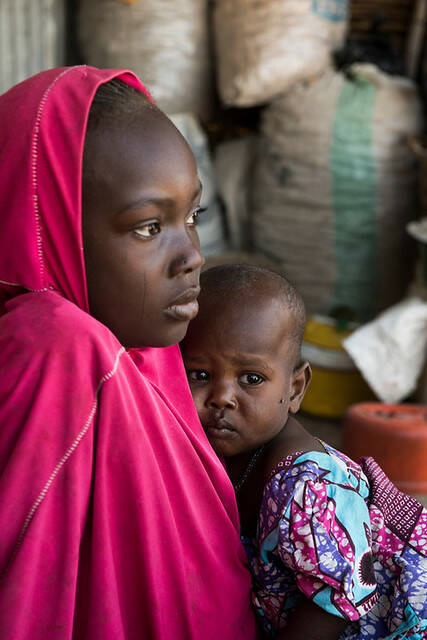 Nigeria women Nigerianisches Mädchen und ihre Schwester im Flüchtlingscamp in Maiduguri, Nordost-Nigeria |  Bild: © USAID [(CC BY-NC 2.0) ]  - flickr