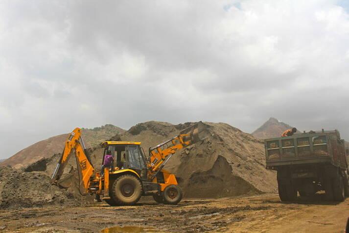 Sandabbau nahe Mumbai    Bild: © Sumaira Abdulali [      CC-BY-SA-3.0]  - Wikimedia commons
