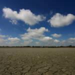 Breite Landstriche sind von klimabedingter Dürre betroffen und zwingen Menschen zur Flucht | Bild (Ausschnitt): © ironpoison [CC BY-NC 2.0] - flickr