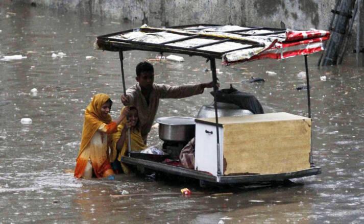 Kinder verkaufen Essen im überfluteten Gebiet  |  Bild: © IRIN Photos [CC BY-NC-ND 2.0]  - flickr