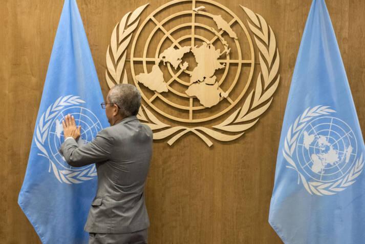 Die Flaggen der UNO werden für eine Vollversammlung hergerichtet    Bild: © United Nations Photo [CC BY-NC-ND 2.0]  - flickr