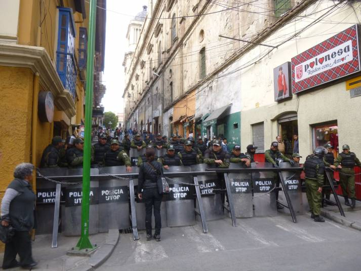 Eine Straßenblockade in La Paz (Bolivien) 2016. Auch bei den aktuellen Konflikten kam es immer wieder zu Blockaden. Das Militär ging dabei häufig gewaltsam gegen Demonstranten vor.  |  Bild: © C-Monster [(CC BY-NC 2.0)]  - flickr