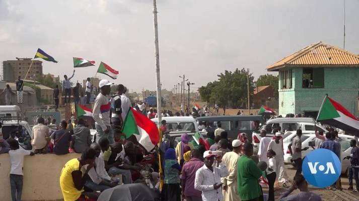Mit monatelangen Massendemonstrationen zwingen die Demonstranten im Sudan erst den Diktator al-Baschir und dann Das Militär in die Knie. Im August einigten sich Militär und Opposition auf eine gemeinsame Regierung, am Tag der Unterzeichnung der Übergangsverfassung feierten die Sudanesinnen und Sudanesen ihren Erfolg im Regierungsviertel in Karthum. |  Bild: © VOA [Public Domain]  - Wikimedia Commons