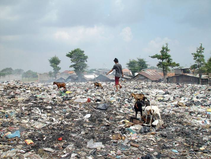 Müllkippe in Jakarta, Indonesien    Bild: © Jonathan McIntosh [CC BY 2.0]  - Wikimedia Commons