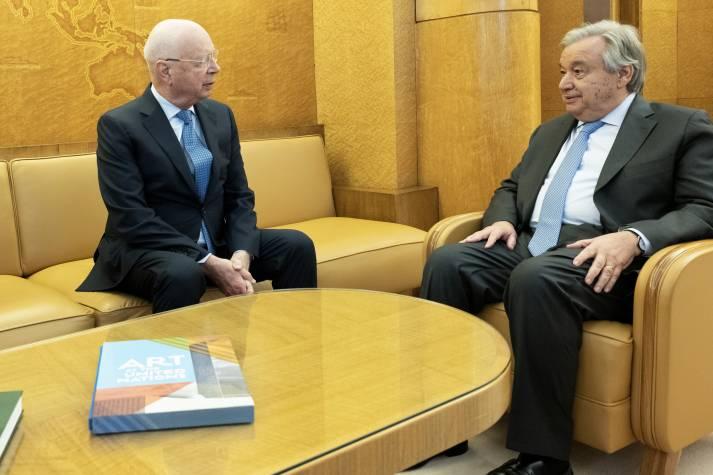 Auf dem Jahrestreffen des WEF in Davos 2020 hatten Klaus Schwab (Gründer und Vorstandsvorsitzender des WEF) und Antonio Guterres (Generalsekräter der UNO) nur lobende Worte für einander übrig. Sie scheinen an ihre Kooperation zu glauben - 240 Organisationen tuen das nicht.  |  Bild: © UN Geneva [CC BY-NC-ND 2.0]  - flickr
