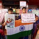 Zwei Inder demonstrieren gegen das neue Staatsbürgergesetz, das in ihren Augen die indische Verfssung verletzt. Ihre Plakate richten sich insbesondere gegen Innenminister Amit Shah, den Initiator der Gesetzesinitiative | Bild (Ausschnitt): © DTM [Public Domain] - Wikimedia Commons