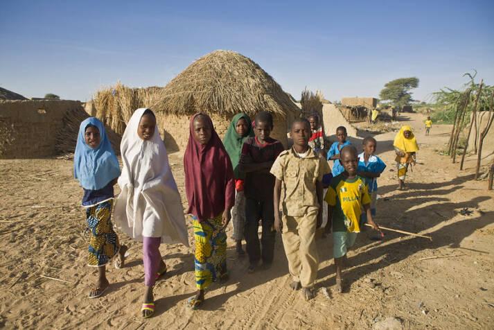 Nigerianische Kinder in einem Flüchtlingscamp in Niger:Tausende Kinder fliehen aufgrund der Auswirkungen des Klimawandels und der Gräueltaten der Terrormiliz Boko Haram Nigerianische Kinder in einem Flüchtlingscamp in Niger: Tausende Kinder fliehen aufgrund der Auswirkungen des Klimawandels und der Gräueltaten der Terrormiliz Boko Haram    Bild: © UNHCR [CC BY-NC 2.0]  - flickr