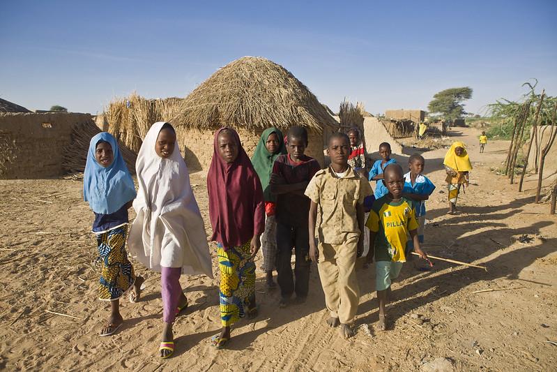 Nigerianische Kinder in einem Flüchtlingscamp in Niger:Tausende Kinder fliehen aufgrund der Auswirkungen des Klimawandels und der Gräueltaten der Terrormiliz Boko Haram
