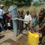 Wasserpumpe Das Schaffen von Infrastruktur, wie eine Wasserpumpe, kann helfen, um die Wasserungerechtigkeit zu mindern | Bild (Ausschnitt): © Julien Harneis [CC BY-SA 2.0] - flickr