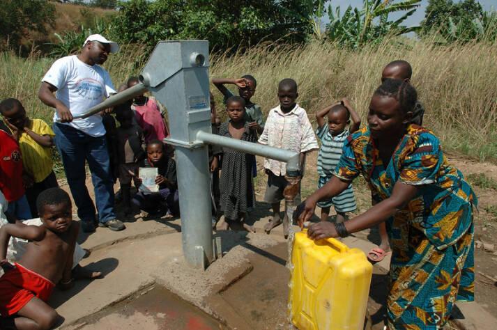 Wasserpumpe Das Schaffen von Infrastruktur, wie eine Wasserpumpe, kann helfen, um die Wasserungerechtigkeit zu mindern |  Bild: © Julien Harneis [CC BY-SA 2.0]  - flickr