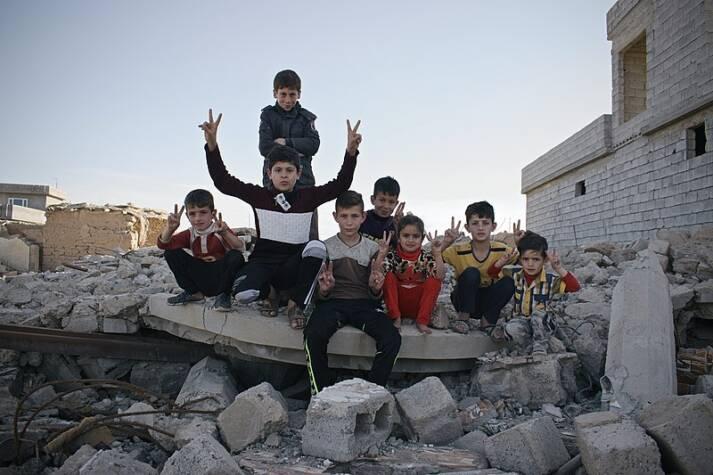 Überlebende Kinder in der vom Islamischen Staat zerstörten Stadt Wadrik im Irak.    Bild: © Wikimedia Commons [CC0 1.0 ]  - Levi Clancy