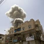 Ein Haus in Sana'a wird von der saudischen Militärkoalition bombardiert | Bild (Ausschnitt): © fahd sadi [CC BY 3.0] - Wikimedia Commons