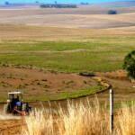 Afrika Feld Ackerbau bildet die Lebensgrundlage vieler Menschen in den Least Developed Countries | Bild (Ausschnitt): © Christopher Griner [CC BY 2.0] - Flickr