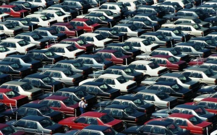 Wolfsburg, VW Autowerk, Parkplatz Neuwagen Nach dem Abgasskandal ist VW der größte Autobauer der Welt geworden |  Bild: © Bundesarchiv [CC-BY-SA 3.0]  - Wikimedia Commons