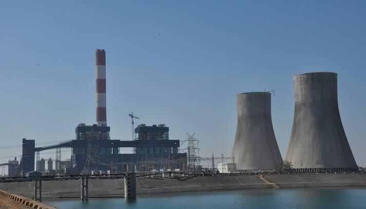 Kohlekraftwerk in Chhattisgarh, Indien. Um die Entwicklung voranzutreiben, setzt Indien verstärkt auf Kohle. Ist das mit dem Klimwandel vereinbar? |  Bild: © Epagemakerwiki [Attribution-ShareAlike 4.0 International (CC BY-SA 4.0) ]  - Wikimedia Commons